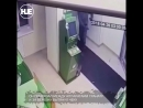 В Краснодаре грабитель в камуфляже и маске пытался взорвать банкомат