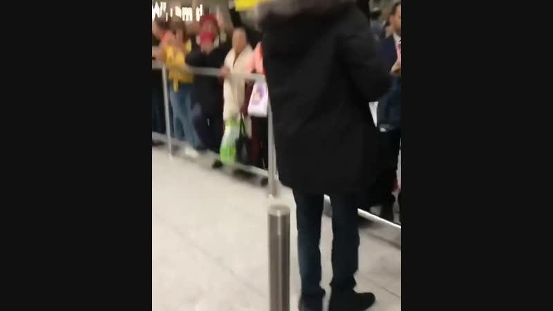 Фанаты Димаша Кудайбергена встретили своего кумира в аэропорту Лондона