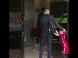 Мальчик подбежал к Роналду, когда тот заходил в аэропорт.