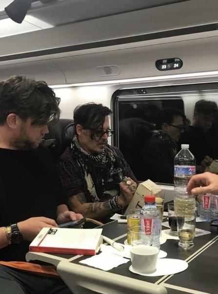 Джонни Депп подарил молодой паре бутылку дорогого шампанского по пути в Лондон. Электрик Дэвид Кинг вместе со своей женой Роксаной возвращался в Лондон из Парижа, где пара праздновала годовщину