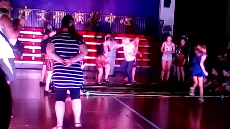 Китай. О.Хайнань г. Бенгеней. Я танцую национальный Китайский танец на бамбуковых палка.