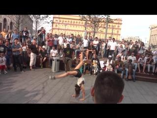 Танцы под африканские барабаны около метро))