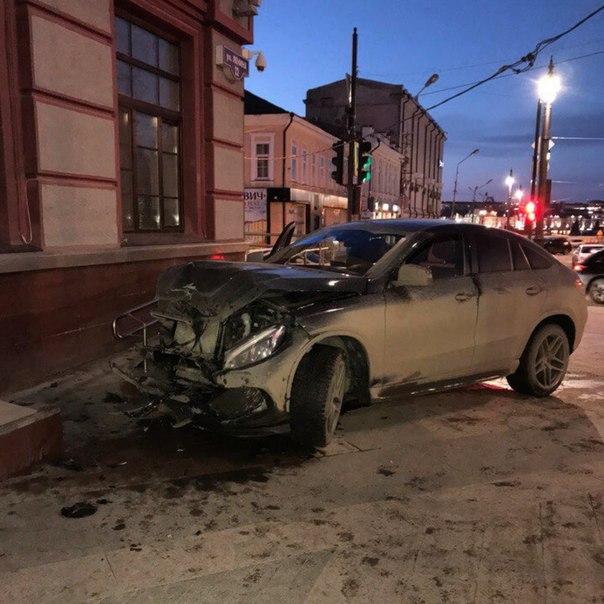 В Омске дорогой внедорожник попал в серьезную аварию