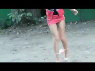 Девушка в коротком платье решила пописать за гаражами (ору)