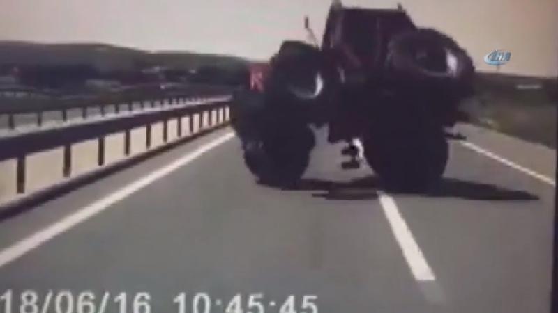 Otobüs İle Traktörün Karıştığı Kaza Kamerada