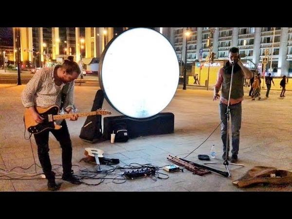 Уличные музыканты играют этно медитативная музыка на гитаре и флейте с народным вокалом