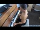 Мама с большой грудью играет на пианино