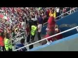 Женщина в кокошнике против динозавра на матче Коста-Рика - Швейцария