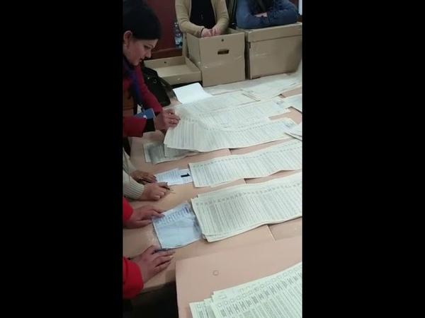 Бюллетени с голосами за разных кандидатов переложили в стопку Петра Порошенко