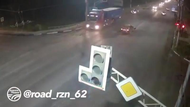 Repost @ road_rzn_62 ・・・ 🚨 ДТП в Рязани Зацепил ППС! 🚔 (Московское ш. - ул.Юбилейная) 📅 Дата:8.09.18  ДорогиРязани ryazan