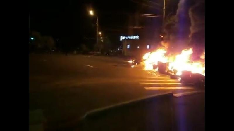 Мариуполь. 3 мая, 2014. Стрельба и баррикады возле Приватбанка.