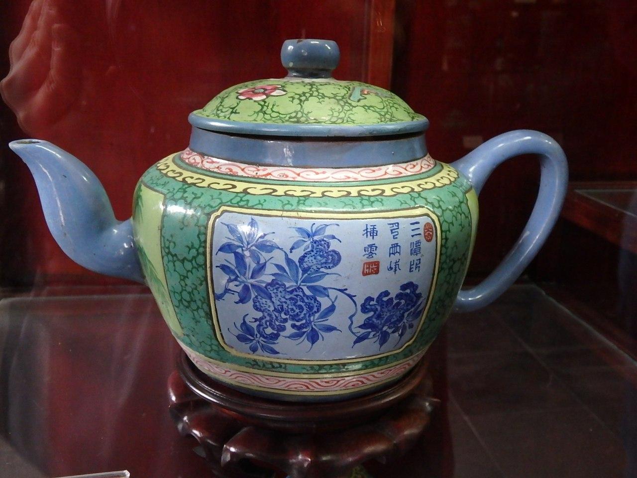 Выставка чайников на территории храма Конфуция