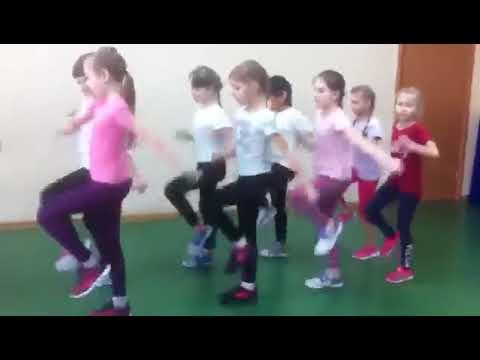 Дети маршируют разница между мальчиками и девочками