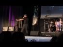 Дженсен Эклз выступает на концерте группы Louden Swain