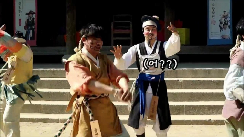 Танцевальные способности уличного работника в одной из традиционной провинции Кореи