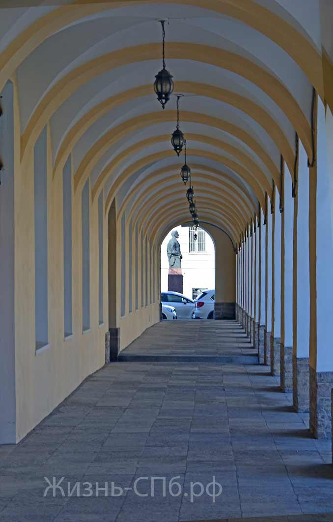 Часть здания вдоль Тифлисского переулка