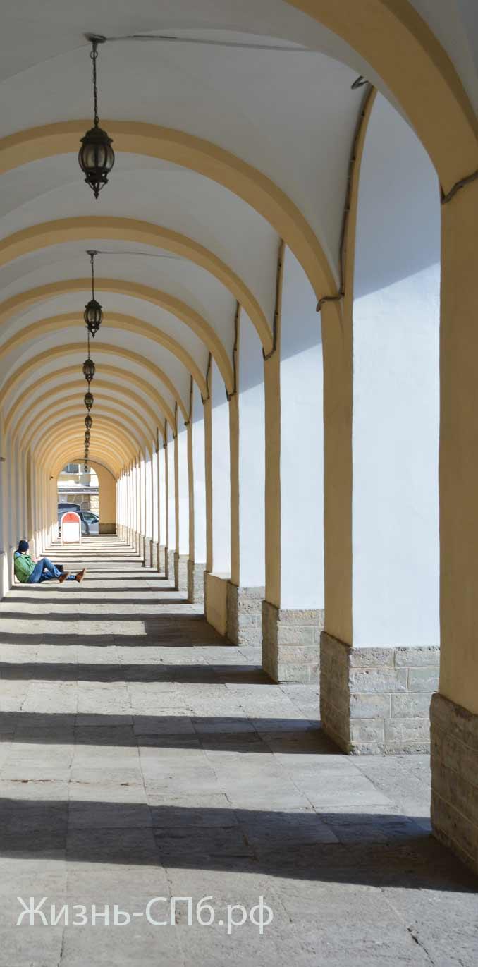 Завораживающая перспектива арок и колонн фасада вдоль Биржевого проезда