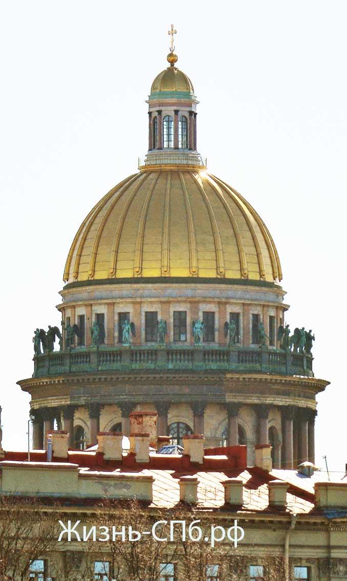 Только с Василеостровского берега можно охватить Исаакиевский собор одним кадром.