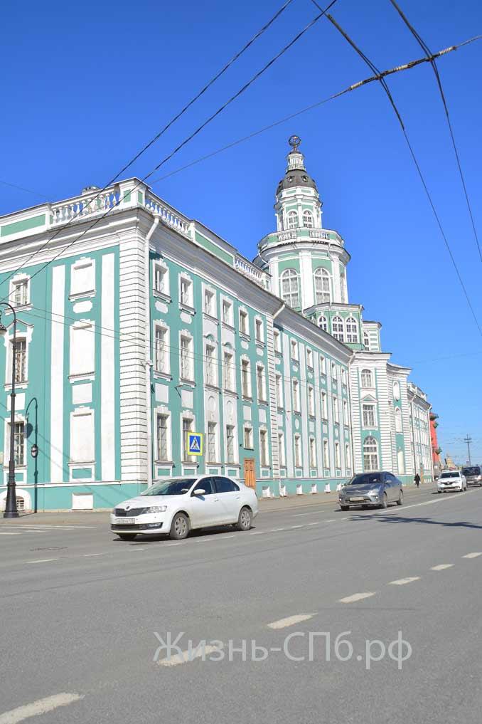Здание Кунсткамеры со стороны Университетской набережной.