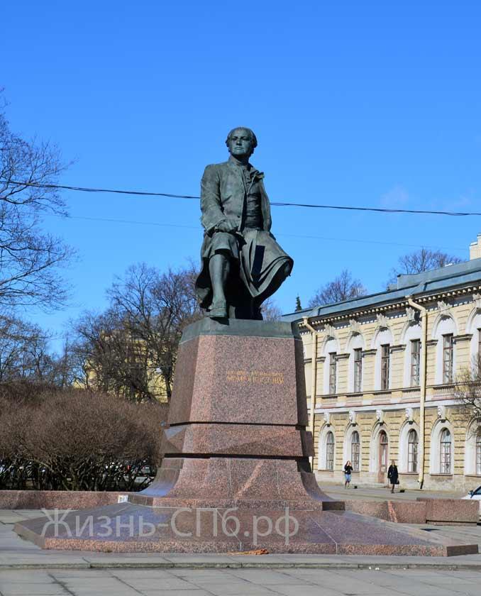 Памятник Михаилу Ломоносову на Менделеевской линии.
