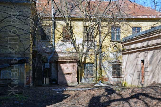 Внутреннее пространство квартала за зданием библиотеки Академии Наук