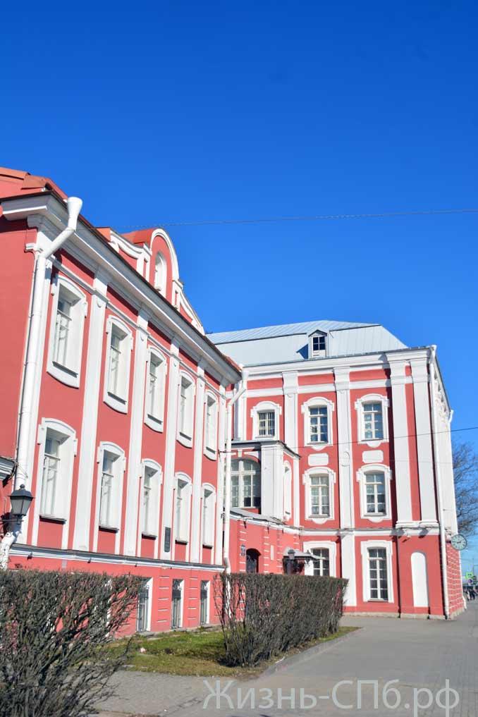 здание Двенадцати коллегий со стороны Университетской набережной.