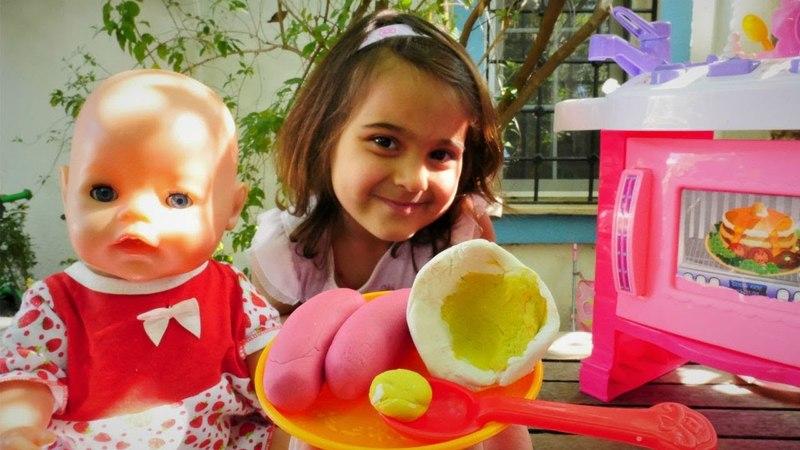 Oyuncak bebek ile bahçede kahvaltı yapalım | Maşanın oyuncakları