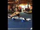 Необычное упражнение в исполнении симпатичной девушки