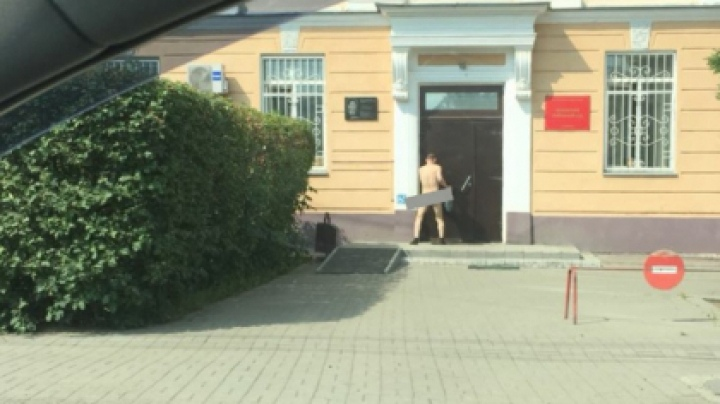 Соцсети: голого мужчину заметили возле суда в Томске