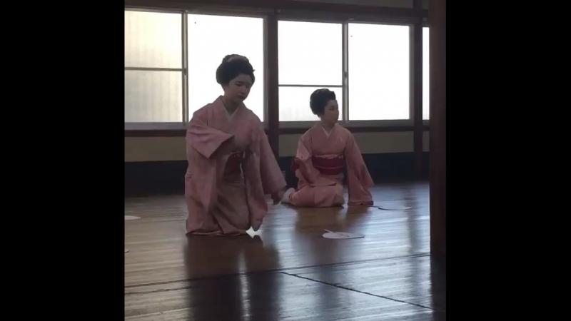 Майко на уроке танцев