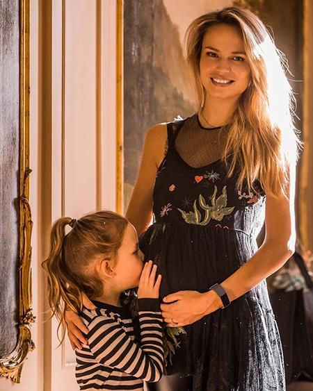 Наташа Поли провела вечеринку в честь будущего ребенка и рассекретила его пол О второй беременности российской модели Наташи Поли стало известно в середине ноября.В этом году Наташа Поли станет