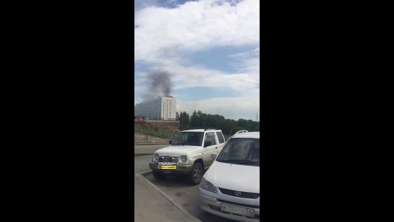 На улице Татьяны Снежиной загорелся автомобиль