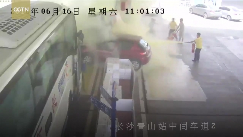 Gas station attendants rewarded with 800,000 yuan for putting out a fire https__ ( 720 X 1280 ).mp4