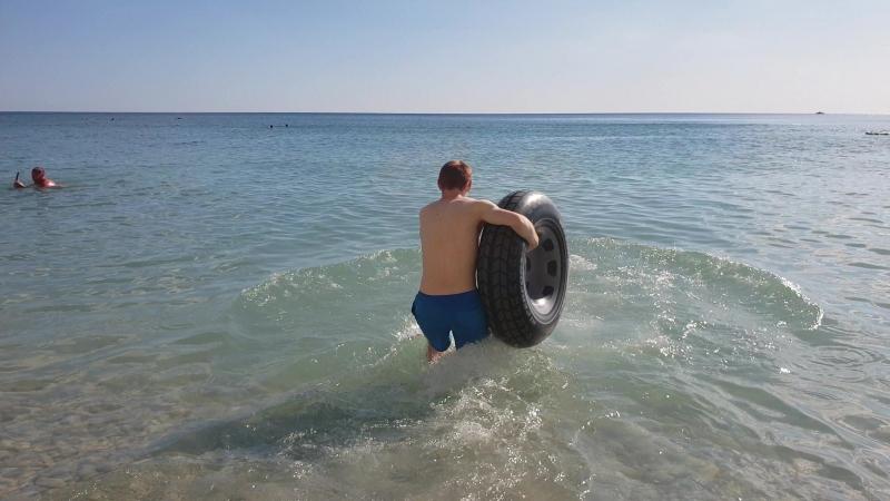 Плаваем на пляже с Кирюхой топ геймером , сосновка , геленджик