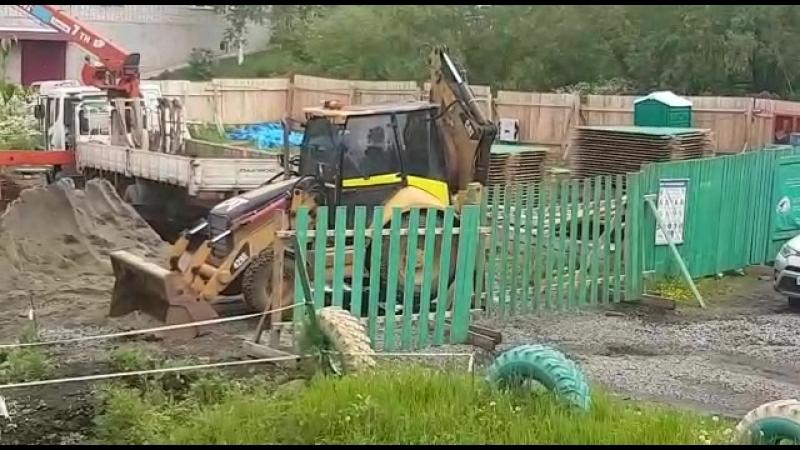 Советская Гавань. Строительство теплового пункта за зданием городского суда. Работа вхолостую. 25 Июня 2018 года.