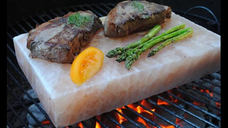 Как жарить стейки и баранину на плитке из гималайской соли