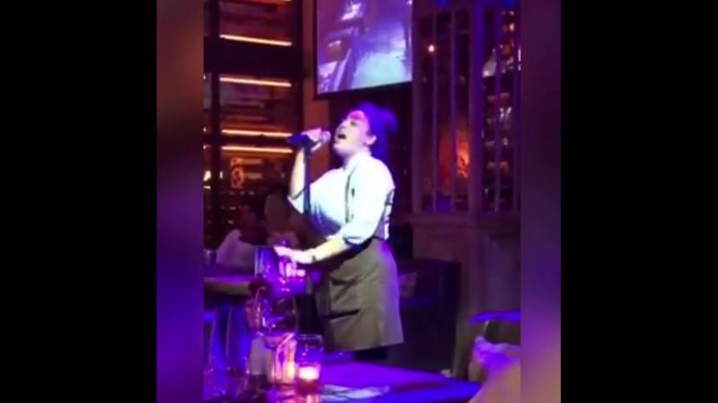 Официантка спела песню Уитни Хьюстон