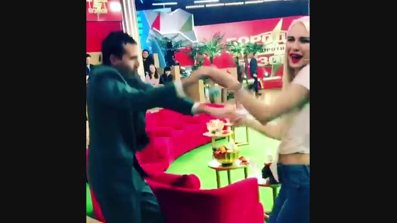 Жаркие танцы Шевцовой и главного фаната дурки Жорика