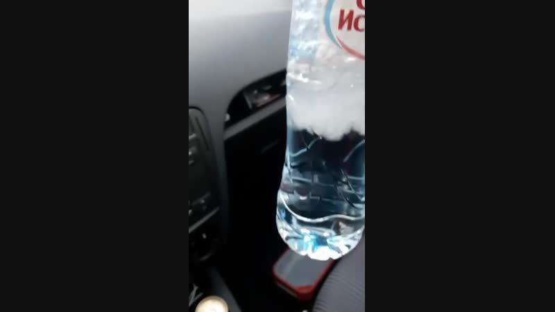 Вода превращается в лед на глазах