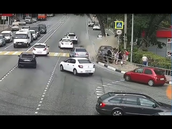 ДТП Сочи Дагомыс 04 07 2018 Заснул за рулем Влетает в толпу людей на тротуаре