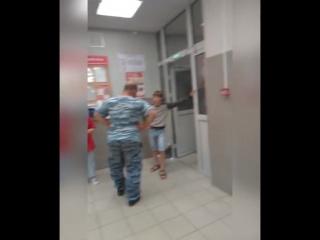 Охранник Магнита в Саратове избил подростка за то, что тот якобы украл творожный сырок, хотя сам подросток всё отрицает