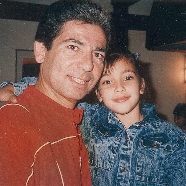 «Я очень по тебе скучаю»: Ким Кардашьян поделилась детским фото с отцом