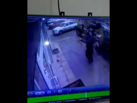 В Махачкале случайно проходящий мимо дома водитель маршрутного такси поймал девочку