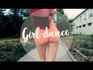 Девушка танцует 80е. Видео: Максим Паркер.
