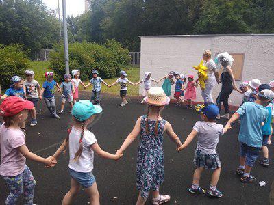 Для дошкольников из Бибирева устроили музыкально-физкультурный праздник «Солнышко и дождик»