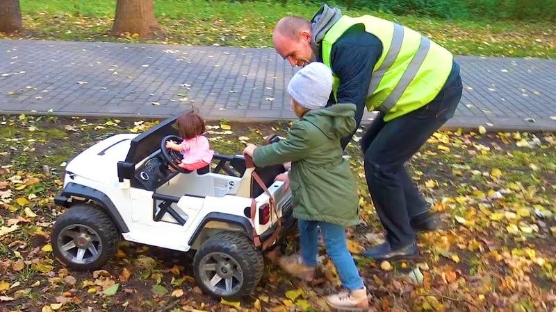 Outdoor playground Катя играет с куклой беби бон, катаясь на машине. Видео для детей