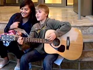 Джастин Бибер - уличный спектакль в возраст 13 лет.