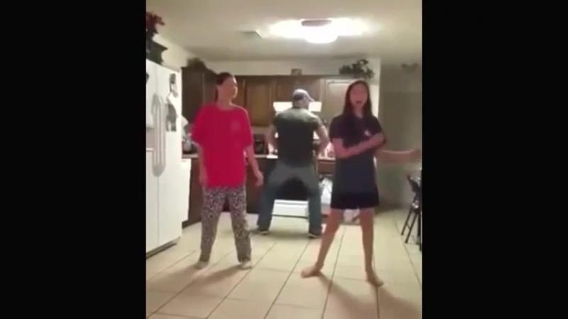 Тот момент, когда батя танцует круче (хорошее настроение, юмор, смешное видео, семья, дочки, дочка, папа, домашнее видео, танцы)