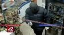 Продавщица отбилась шваброй от вооруженного грабителя. Видео!
