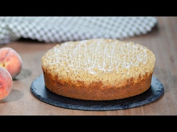 Бисквитный пирог с персиками и крамблом